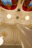 喀山,俄罗斯- 2017年1月16日,香港大会堂-豪华和美好的旅游地方-天花板在金黄舞厅,垂直 库存图片