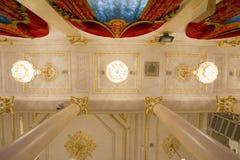 喀山,俄罗斯- 2017年1月16日,香港大会堂-豪华和美好的旅游地方-天花板在金黄舞厅 库存图片