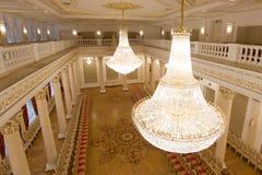 喀山,俄罗斯- 2017年1月16日,香港大会堂-豪华和美好的旅游地方-金黄舞厅,水晶看法  库存图片