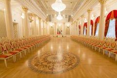 喀山,俄罗斯- 2017年1月16日,香港大会堂-豪华和美好的旅游地方-金黄舞厅-旗子  免版税库存图片