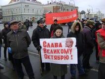 喀山,俄罗斯- 2009年11月7日:共党示范 与海报的人立场 免版税库存照片