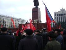 喀山,俄罗斯- 2009年11月7日:共党示范 人们听领导在列宁的纪念碑附近 库存图片