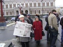 喀山,俄罗斯- 2009年11月7日:共党示范 老资深人民站立与报纸真理报-真相 免版税库存照片