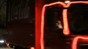 喀山,俄罗斯- 2012年12月23日:可口可乐欢乐圣诞节有蓬卡车交换驾驶在城市街道上