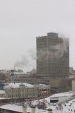 喀山,俄罗斯- 2016年12月11日:喀山联邦大学,物理才干  多云冬天雪天 库存图片