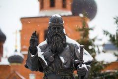喀山,俄罗斯- 2016年12月11日:对Avvakum教士的纪念碑在老信徒`大教堂,水平,接近附近 库存照片