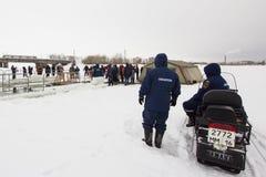 喀山,俄罗斯- 2017年1月19日:有雪上电车的两位俄国人MoE救生员-冰的救助者冬日在期间 库存图片