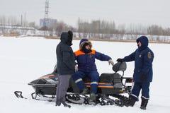 喀山,俄罗斯- 2017年1月19日:树俄国人有雪上电车的MoE救生员-冰的救助者冬日在期间 免版税库存照片