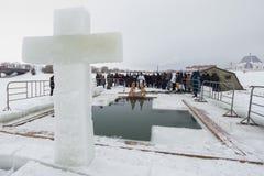 喀山,俄罗斯- 2017年1月19日:耶稣基督` s在kazanka河的洗礼假日 沐浴在中心的传统冬天 库存图片