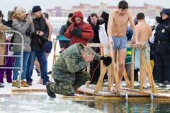 喀山,俄罗斯- 2017年1月19日:耶稣基督` s在kazanka河的洗礼假日 沐浴在中心的传统冬天 免版税库存图片