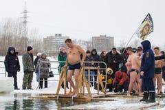 喀山,俄罗斯- 2017年1月19日:耶稣基督` s在kazanka河的洗礼假日 沐浴在中心的传统冬天 库存照片