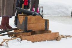 喀山,俄罗斯- 2017年2月28日- Sviyazhsk海岛:俄国种族狂欢节Maslenitsa -在一个木立场的大炮 库存照片