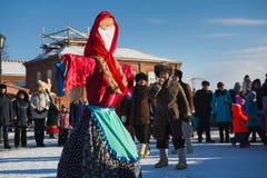 喀山,俄罗斯- 2017年2月28日- Sviyazhsk海岛:俄国种族狂欢节Maslenitsa -在的稻草人冬天 库存图片