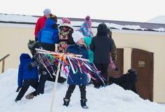 喀山,俄罗斯- 2017年2月28日- Sviyazhsk海岛:俄国种族狂欢节Maslenitsa -女孩是观看 免版税库存图片
