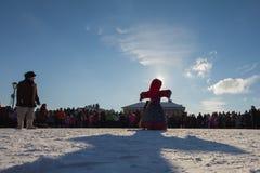 喀山,俄罗斯- 2017年2月28日- Sviyazhsk海岛:俄国种族狂欢节Maslenitsa -稻草人冬天站立  库存图片