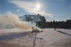 喀山,俄罗斯- 2017年2月28日- Sviyazhsk海岛:俄国种族狂欢节Maslenitsa -从被烧被充塞的烟 免版税库存图片