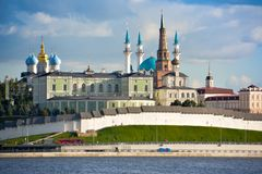 喀山,鞑靼斯坦共和国,俄罗斯共和国 喀山克里姆林宫的看法和南京中国近代史遗址博物馆 免版税图库摄影