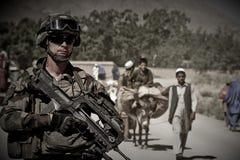 喀布尔,阿富汗- 2011年3月14日 有当地居民的军团的士兵在军事行动时在阿富汗 库存图片
