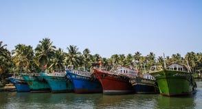 喀拉拉死水,五颜六色的渔船,从Alleppey的奎隆,喀拉拉,印度 免版税库存照片
