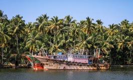 喀拉拉死水,五颜六色的渔船,从Alleppey的奎隆,喀拉拉,印度 图库摄影