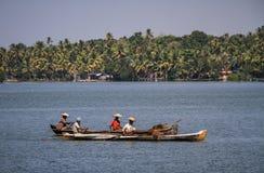 喀拉拉死水,他们的独木舟的地方渔夫,从Alleppey的奎隆,喀拉拉,印度 库存图片