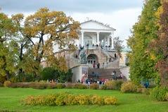 喀麦隆画廊的台阶的人们 Tsarskoye Selo 圣彼德堡 俄国 库存照片