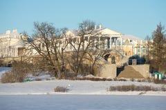 喀麦隆画廊的看法在11月晴朗的多雪的天 Tsarskoye Selo,圣彼德堡 免版税库存图片