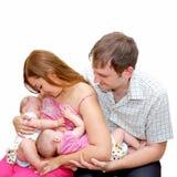 喂养二个妹双胞胎女孩的乳房 免版税库存图片