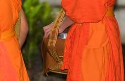 喂养修士 仪式称达棒,琅勃拉邦,老挝 特写镜头 免版税库存照片