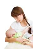 喂养和拥抱她的婴孩的母亲乳房 免版税库存图片