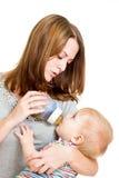喂养她可爱的男婴的新母亲 库存照片