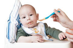 喂养她的婴孩的母亲 免版税图库摄影