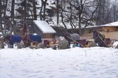 喂养马燕麦,并且在开始的干草在雪橇前乘坐 免版税库存照片