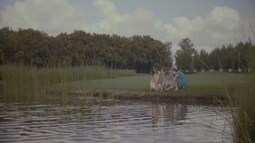 喂养鱼的轻松的妇女在公园池塘 影视素材