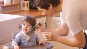 喂养她的母亲的婴孩 影视素材