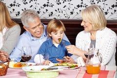 喂养孙子的祖父母在 免版税库存图片