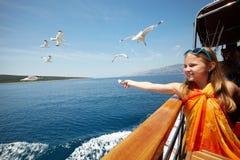 喂养海鸥的女孩 免版税库存图片