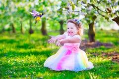 喂养鸟的神仙的服装的小女孩 免版税库存图片