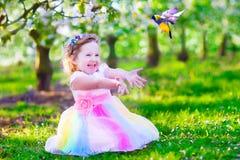 喂养鸟的神仙的服装的小女孩 图库摄影
