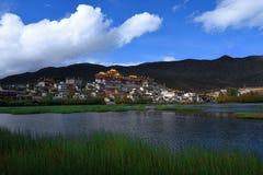 喇嘛寺庙和湖 免版税库存图片