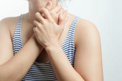 喉咙痛痛苦妇女 与感到的喉咙痛的妇女手感人的脖子坏 医疗保健和医学概念 库存图片