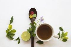喉咙痛的草本健康饮料蜂蜜柠檬茶 免版税库存照片