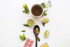 喉咙痛的草本健康饮料蜂蜜柠檬茶 免版税库存图片