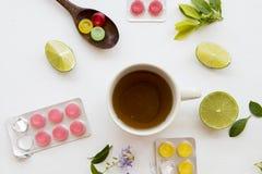 喉咙痛的草本健康饮料蜂蜜柠檬茶 库存图片