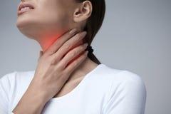喉头痛苦 有喉咙痛的,痛苦的感觉特写镜头妇女 图库摄影