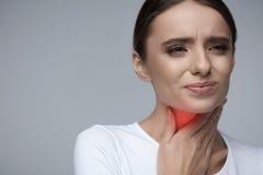 喉头痛苦 有美丽的妇女喉咙痛,痛苦的感觉 图库摄影