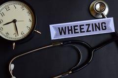 喘息在与医疗保健概念启发的本文 闹钟,黑听诊器 免版税库存图片