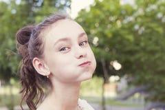 喘气的少女她的面颊 库存图片