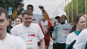 喘着气的人人群放松走在马拉松终点线以后 影视素材