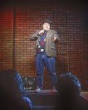 喜剧演员男性站立的年轻人 免版税库存图片